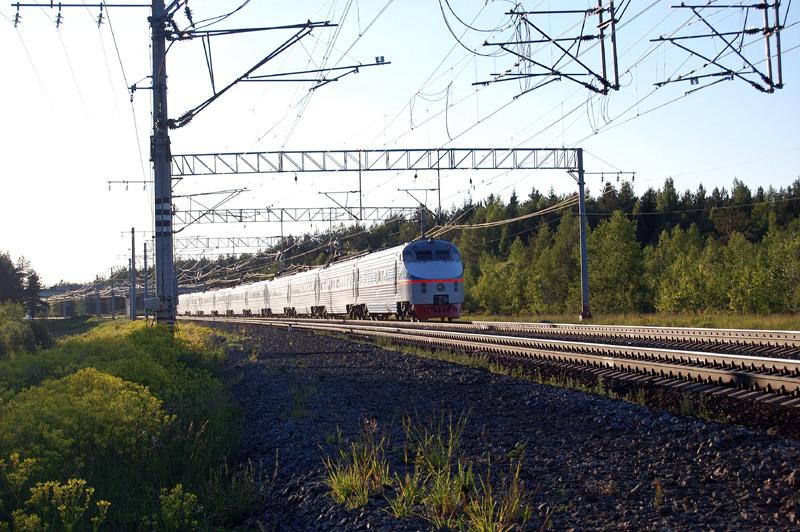 Электропоезд ЭР200 проследует станцию Осеченка