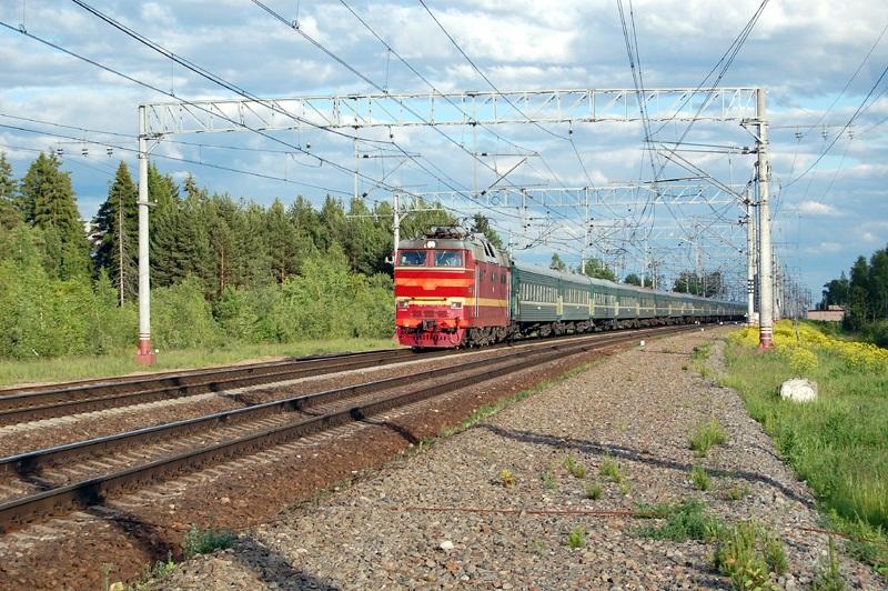 Электровоз ЧС2Т-1051 с поездом проследует станцию Осеченка