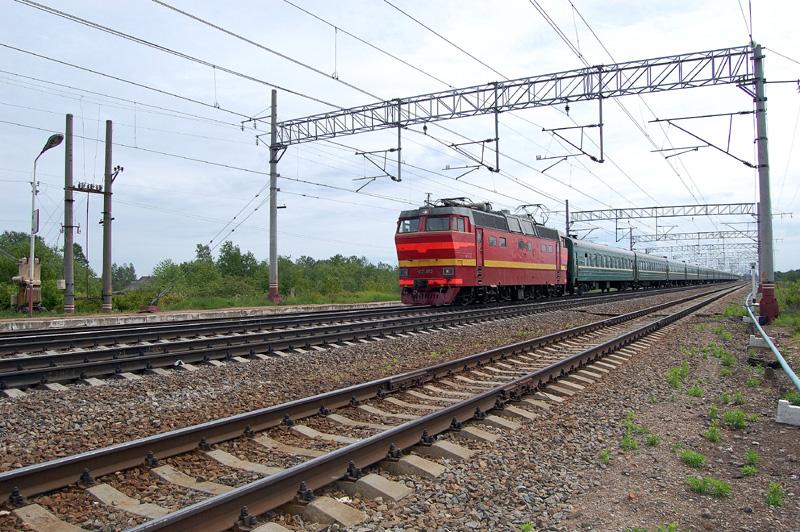 Электровоз ЧС2Т-952 с поездом на станции Осеченка