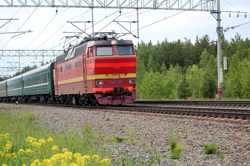 Электровоз ЧС2Т-1017 с поездом проследует станцию Осеченка