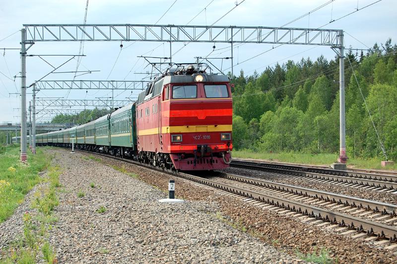 Электровоз ЧС2Т-1016 с поездом проследует станцию Осеченка