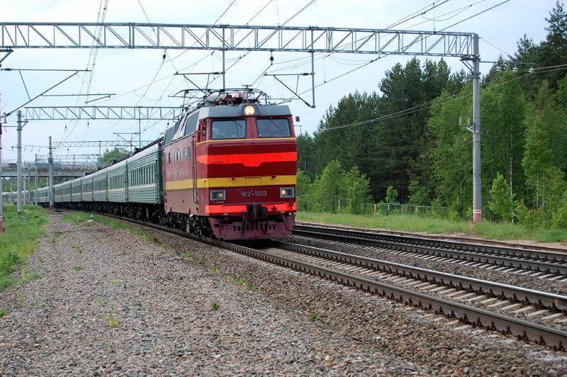 Электровоз ЧС2Т-1003 с поездом проследует станцию Осеченка