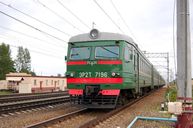 Электропоезд ЭР2Т-7196 на станции Осеченка