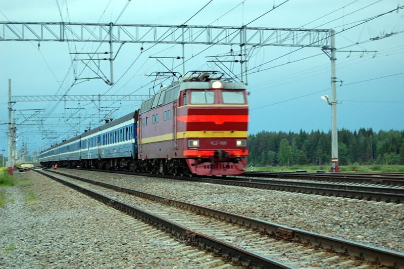 """Электровоз ЧС2Т-996 с фирменным поездом """"Таллин Экспресс"""" проследует станцию Осеченка"""