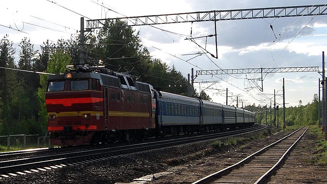 Электровоз ЧС2Т-1041 с поездом проследует станцию Осеченка