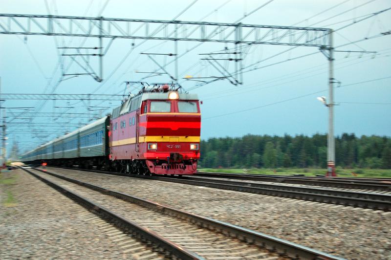 """Электровоз ЧС2Т-991 с фирменным поездом """"Карелия"""" проследует станцию Осеченка"""