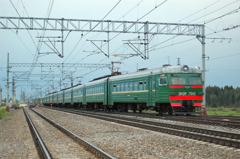 Электропоезд ЭР2Р-7041 на станции Осеченка