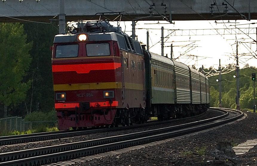 Электровоз ЧС2Т-954 с поездом проследует станцию Осеченка