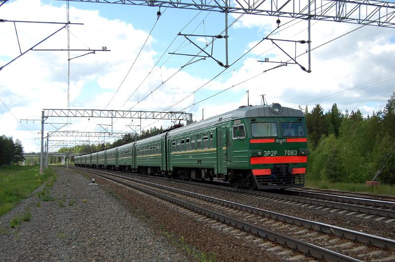 Электропоезд ЭР2Р-7083 на станции Осеченка