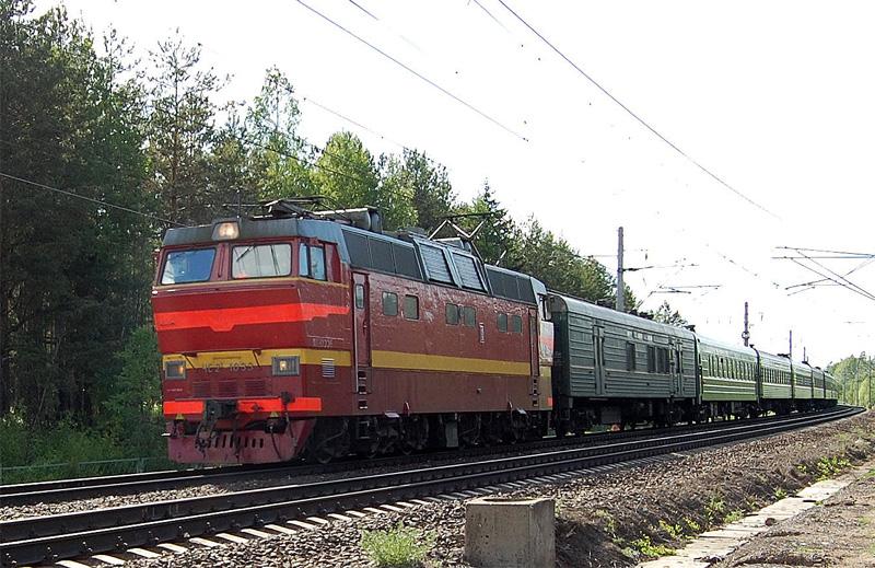 Электровоз ЧС2Т-1033 с поездом проследует станцию Осеченка