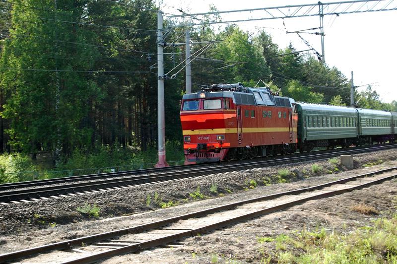Электровоз ЧС2Т-990 с поездом проследует станцию Осеченка
