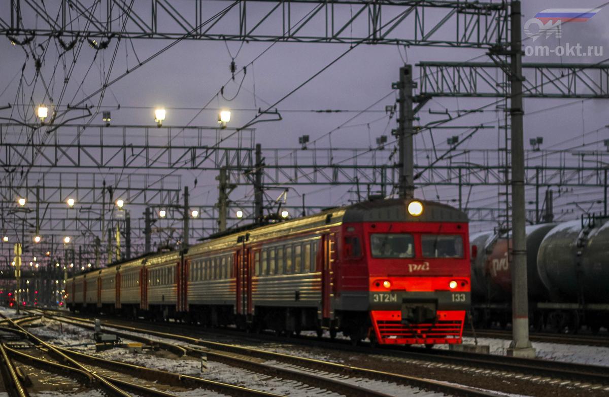Электропоезд ЭТ2М-133 проследует станцию Тосно