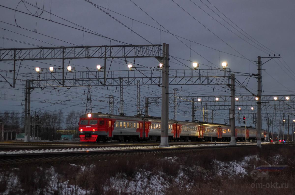 Электропоезд ЭТ2М-101 проследует станцию Тосно
