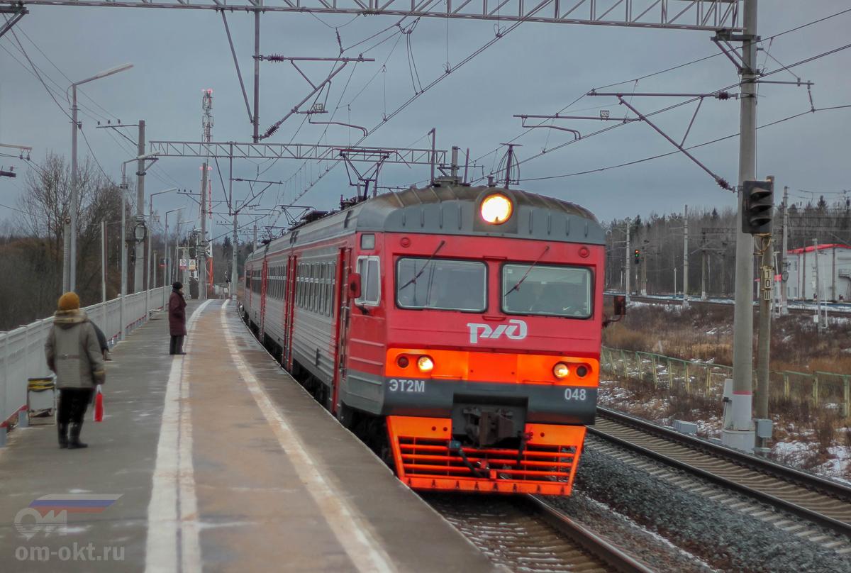 Электропоезд ЭТ2М-048 прибывает к платформе Тосно-2