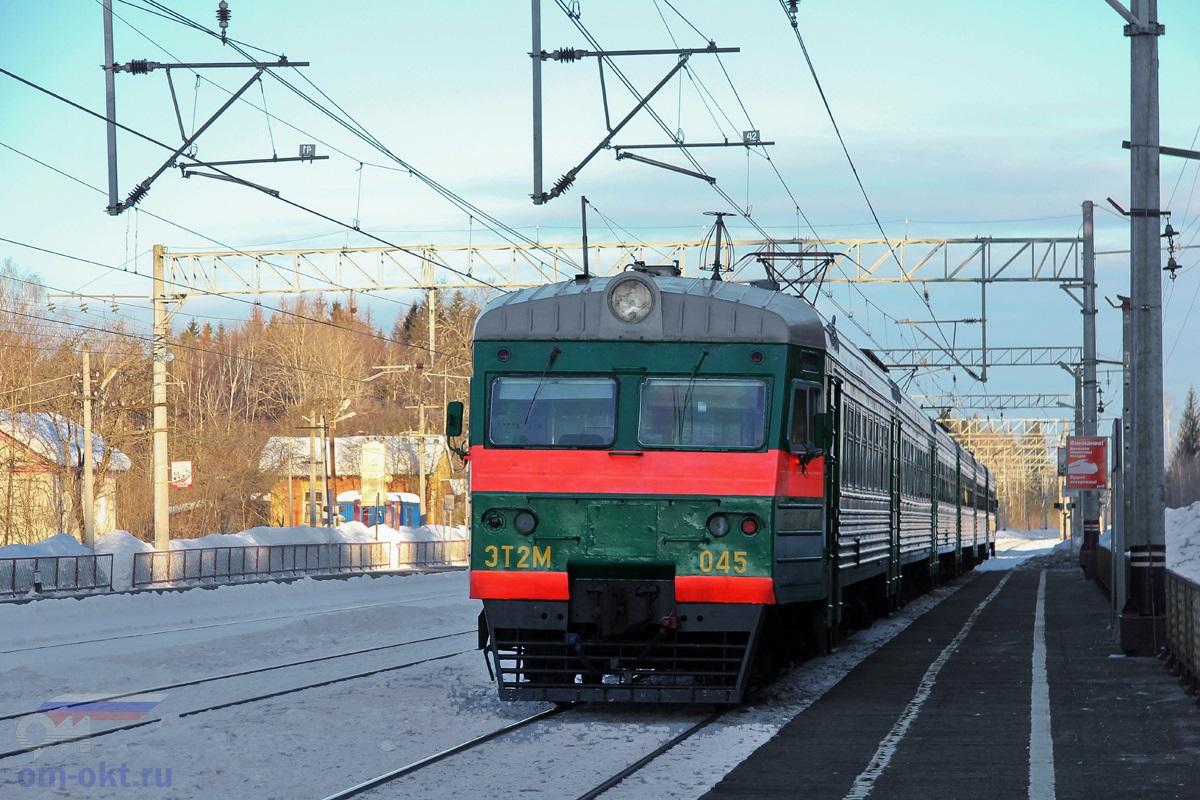 Электропоезд ЭТ2М-045 отправляется от платформы Шлюз станции Лихославль