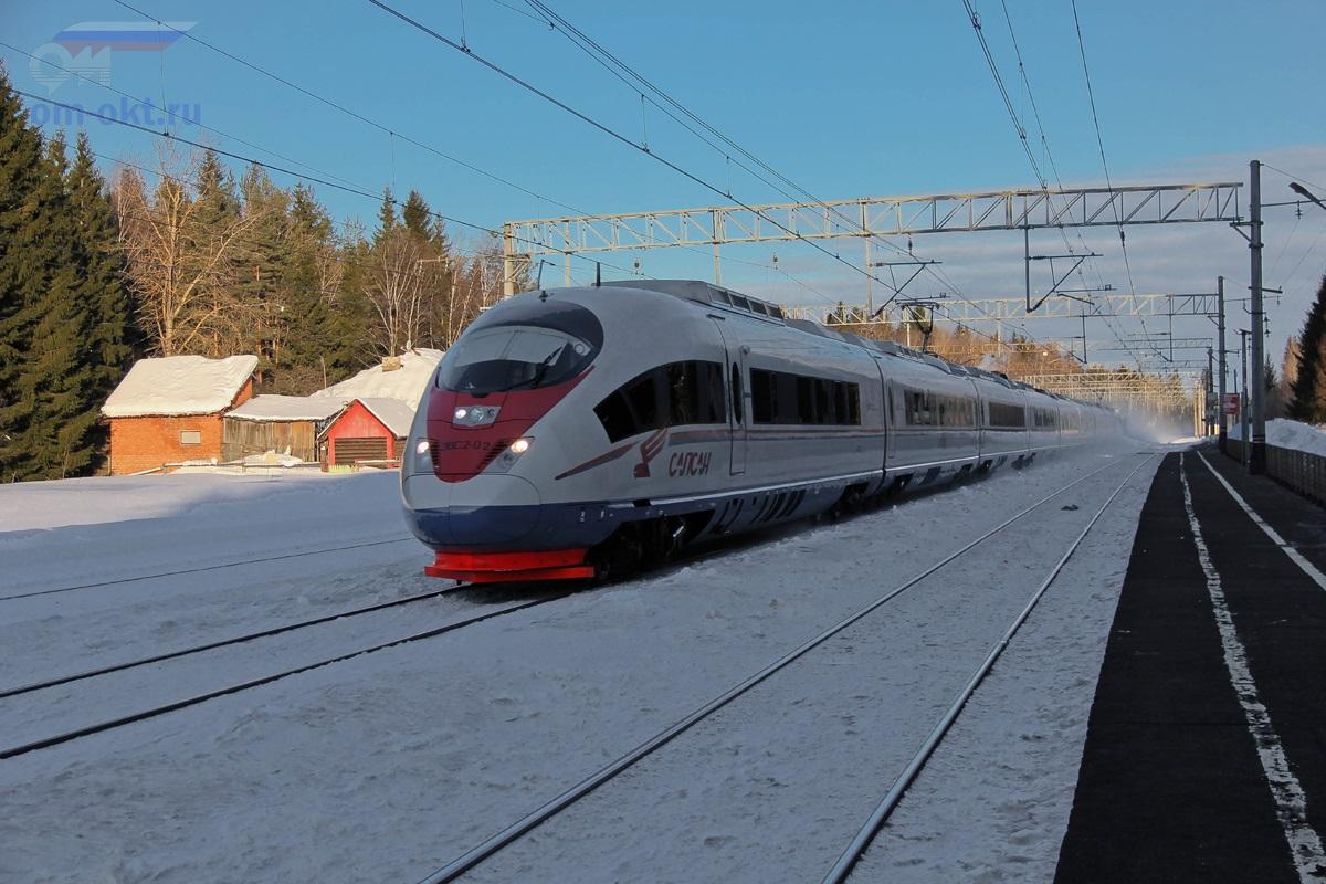 Электропоезд ЭВС2-02 «Сапсан» проследует парк Шлюз станции Лихославль