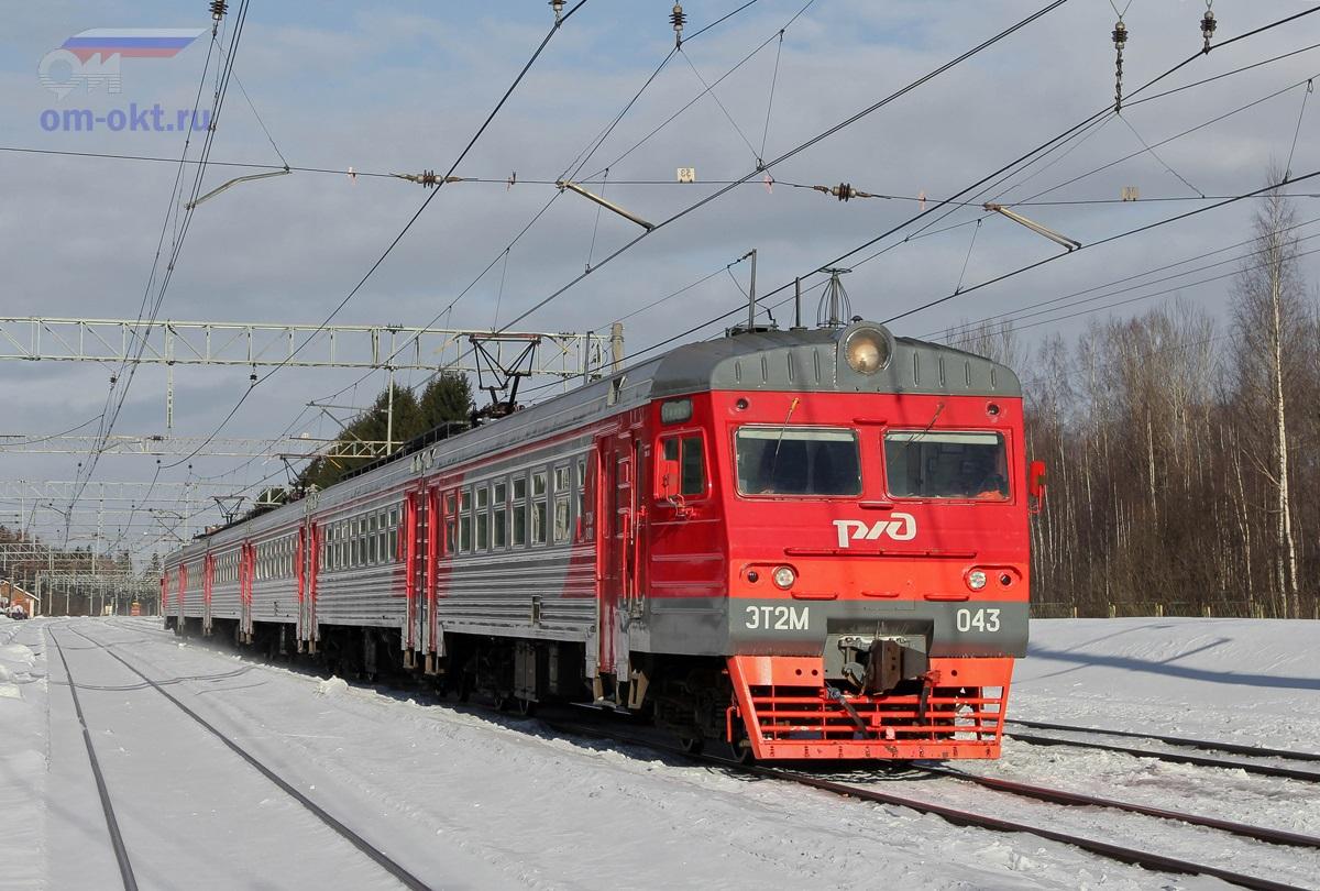 Электропоезд ЭТ2М-043 проследует парк Шлюз станции Лихославль