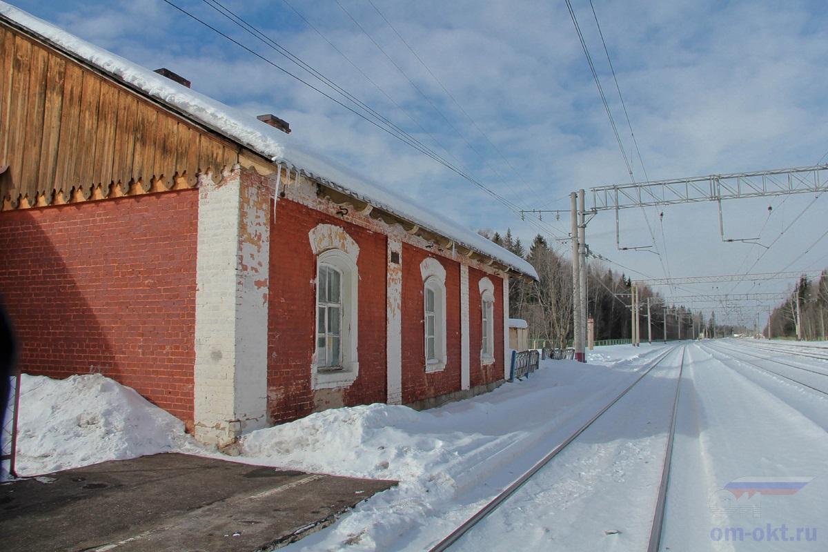 Вид от пассажирской платформы парка Шлюз в сторону платформы Локотцы