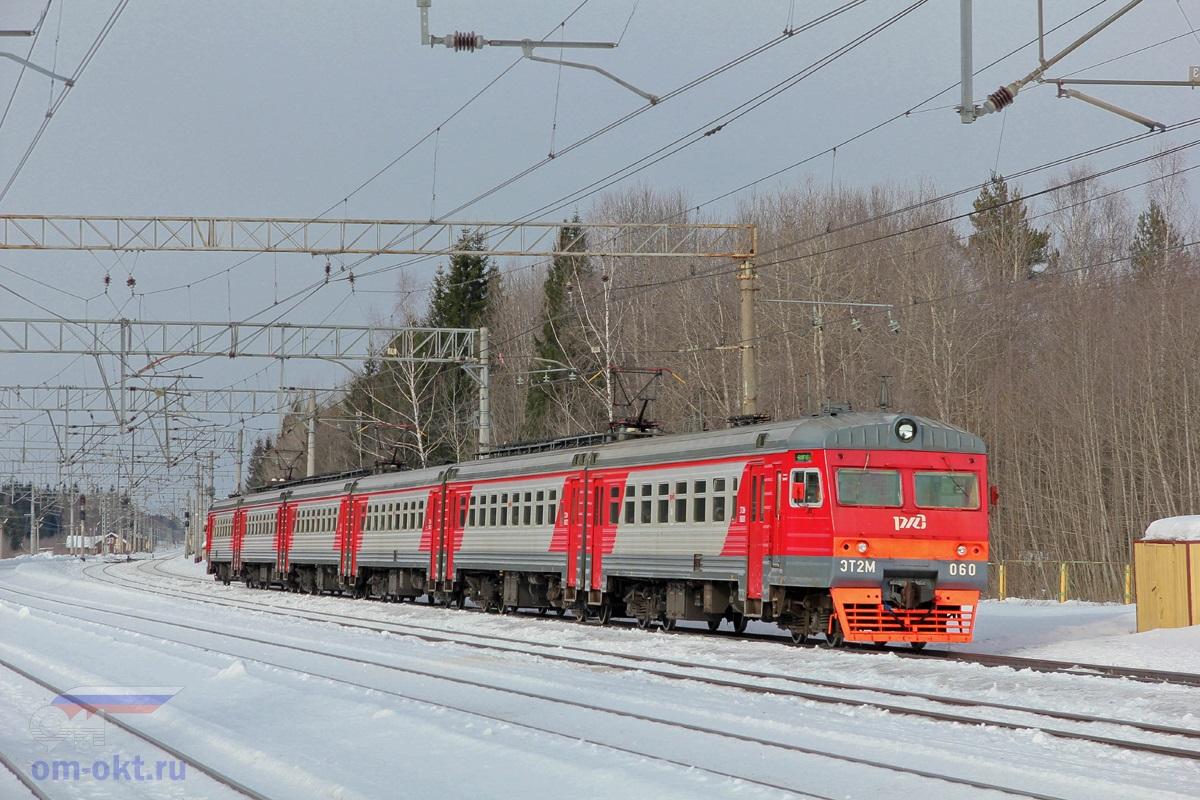 Электропоезд ЭТ2М-060 проследует парк Шлюз станции Лихославль