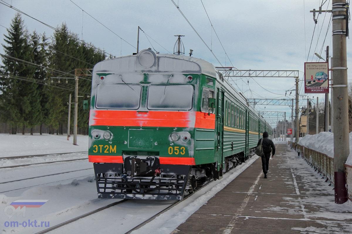 Электропоезд ЭТ2М-053 у платформы Шлюз