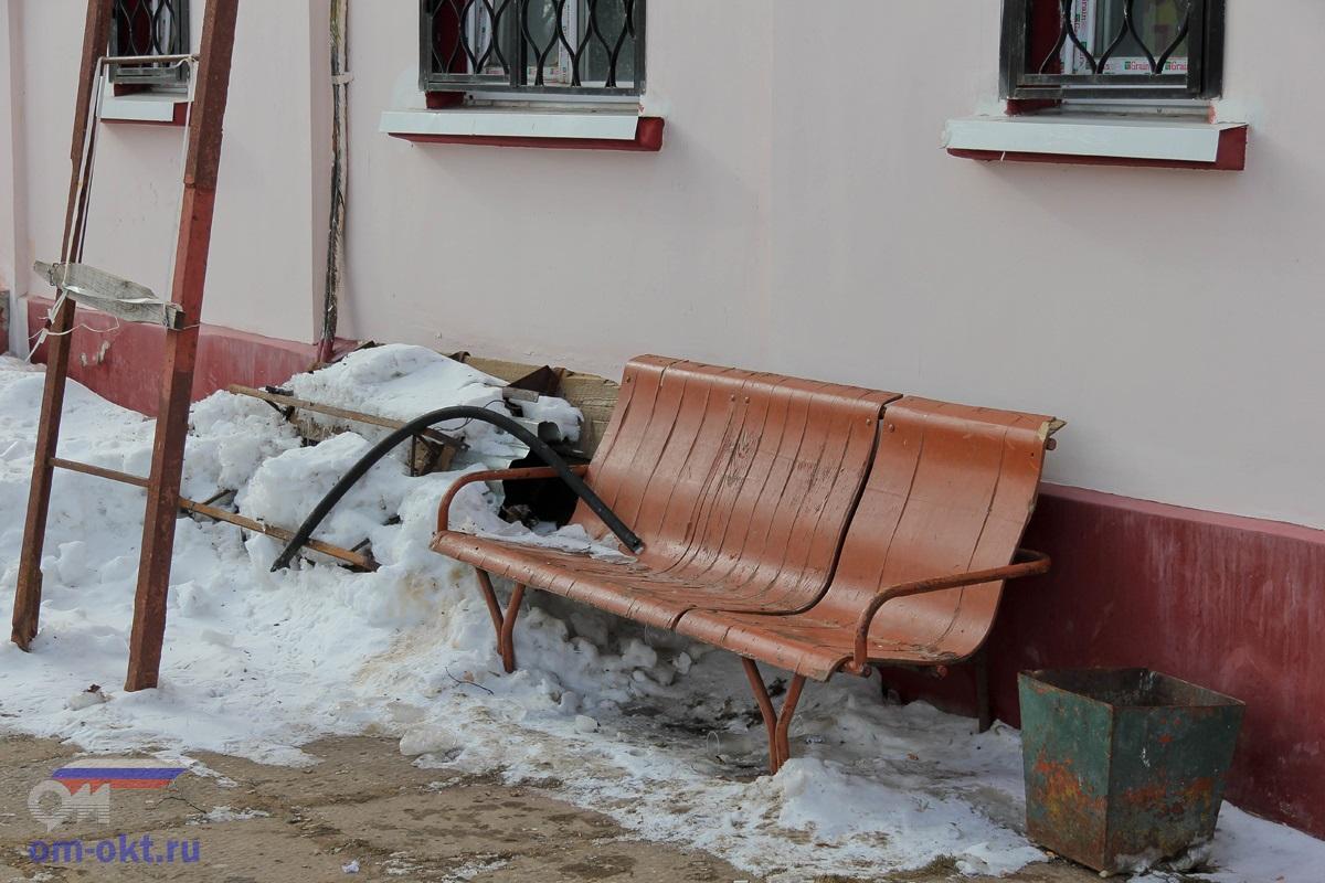 Скамейки на станции Лихославль