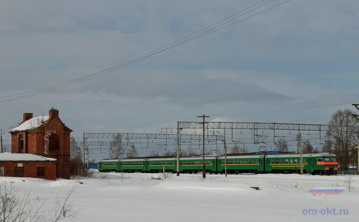 Электропоезд ЭТ2М-045 проследует станцию Лихославль