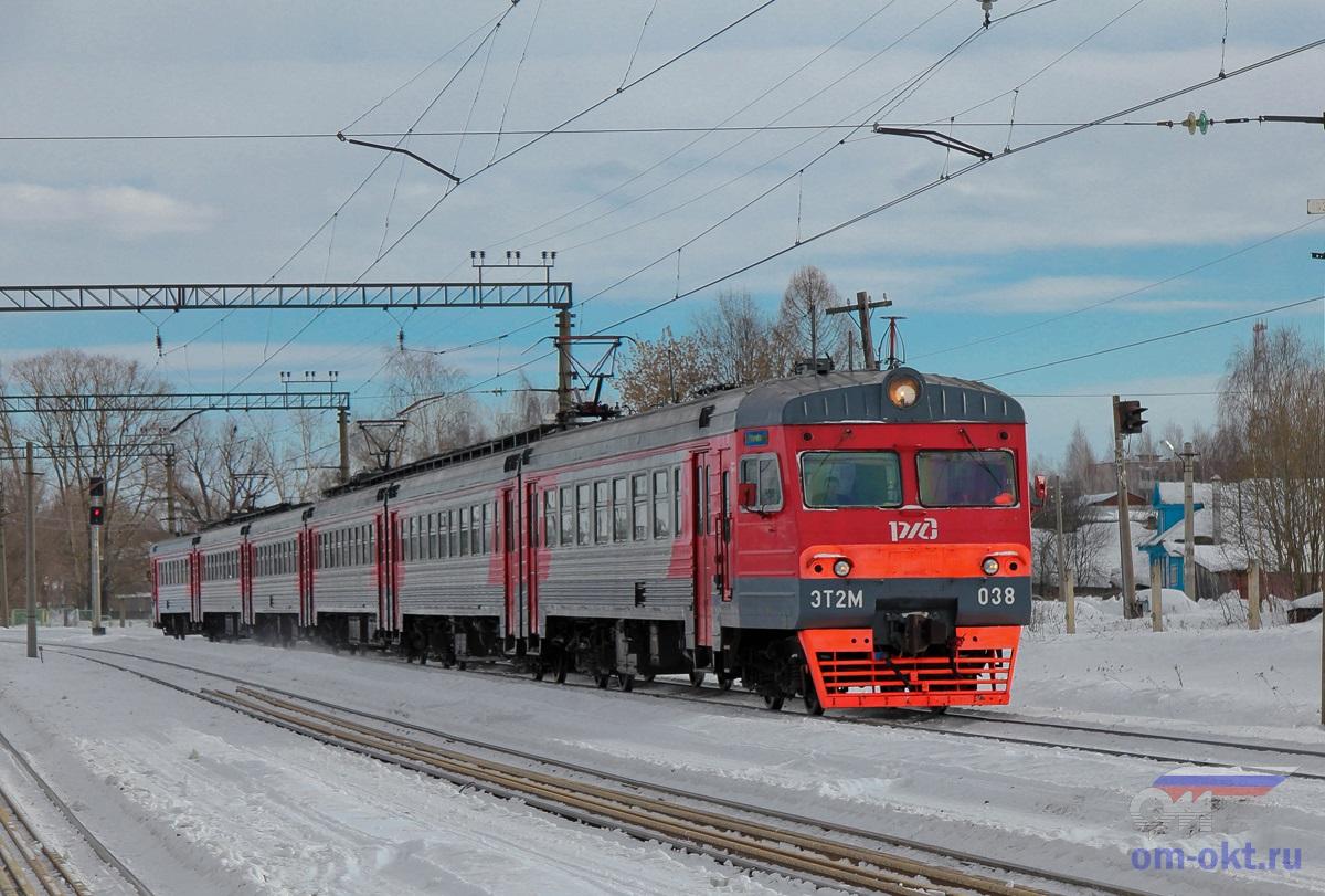 Электропоезд ЭТ2М-038 на станции Лихославль