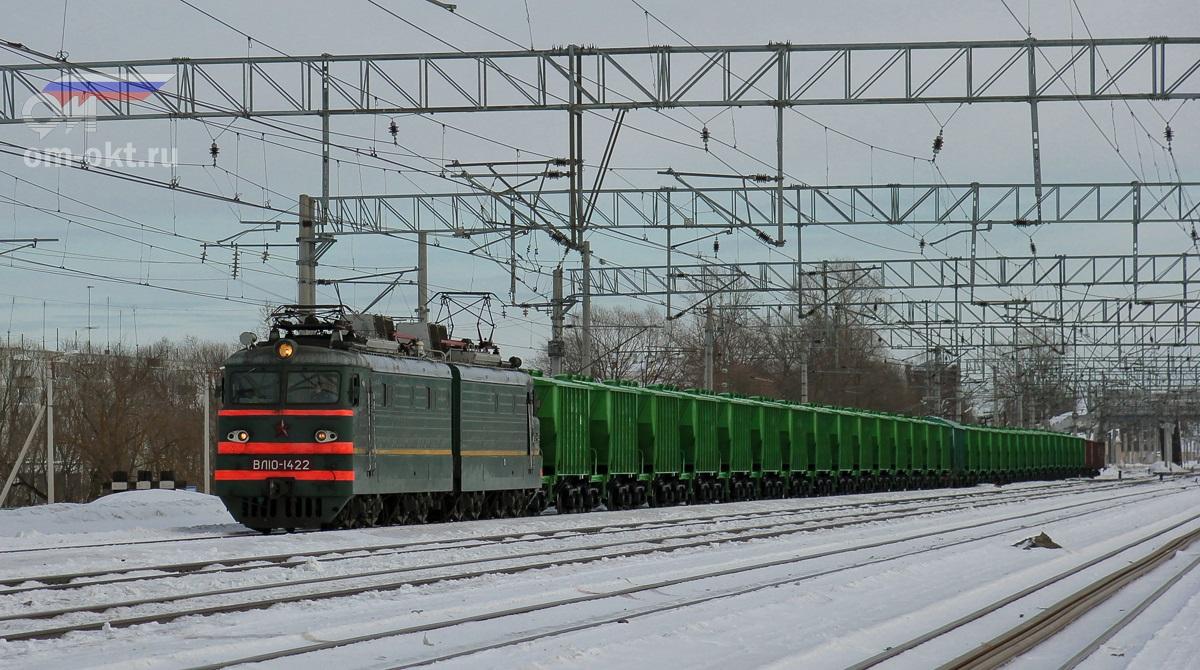 Электровоз ВЛ10-1422 с грузовым составом на станции Лихославль