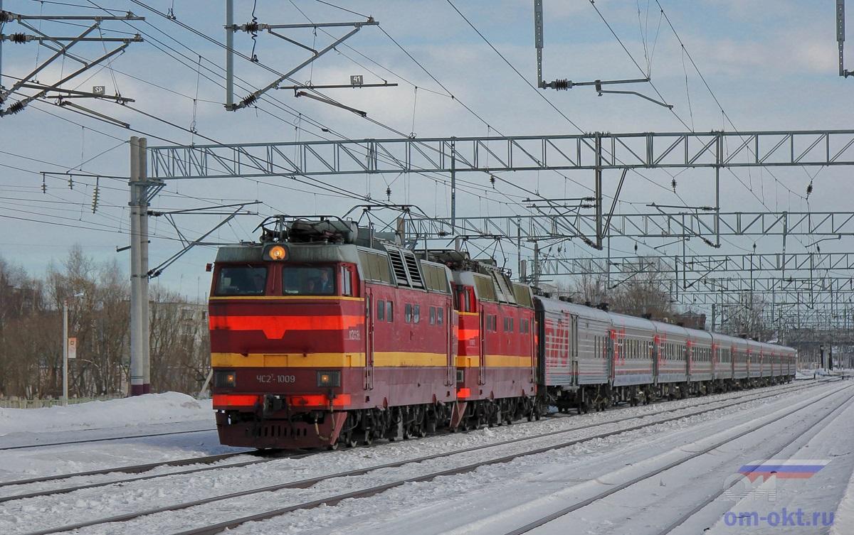 Сплотка электровозов во главе с ЧС2Т-1009 с пассажирским поездом на станции Лихославль