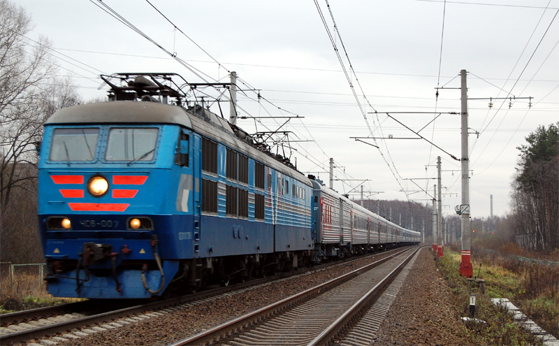 Электровоз ЧС6-007 с пассажирским поездом на перегоне Дорошиха - Лихославль