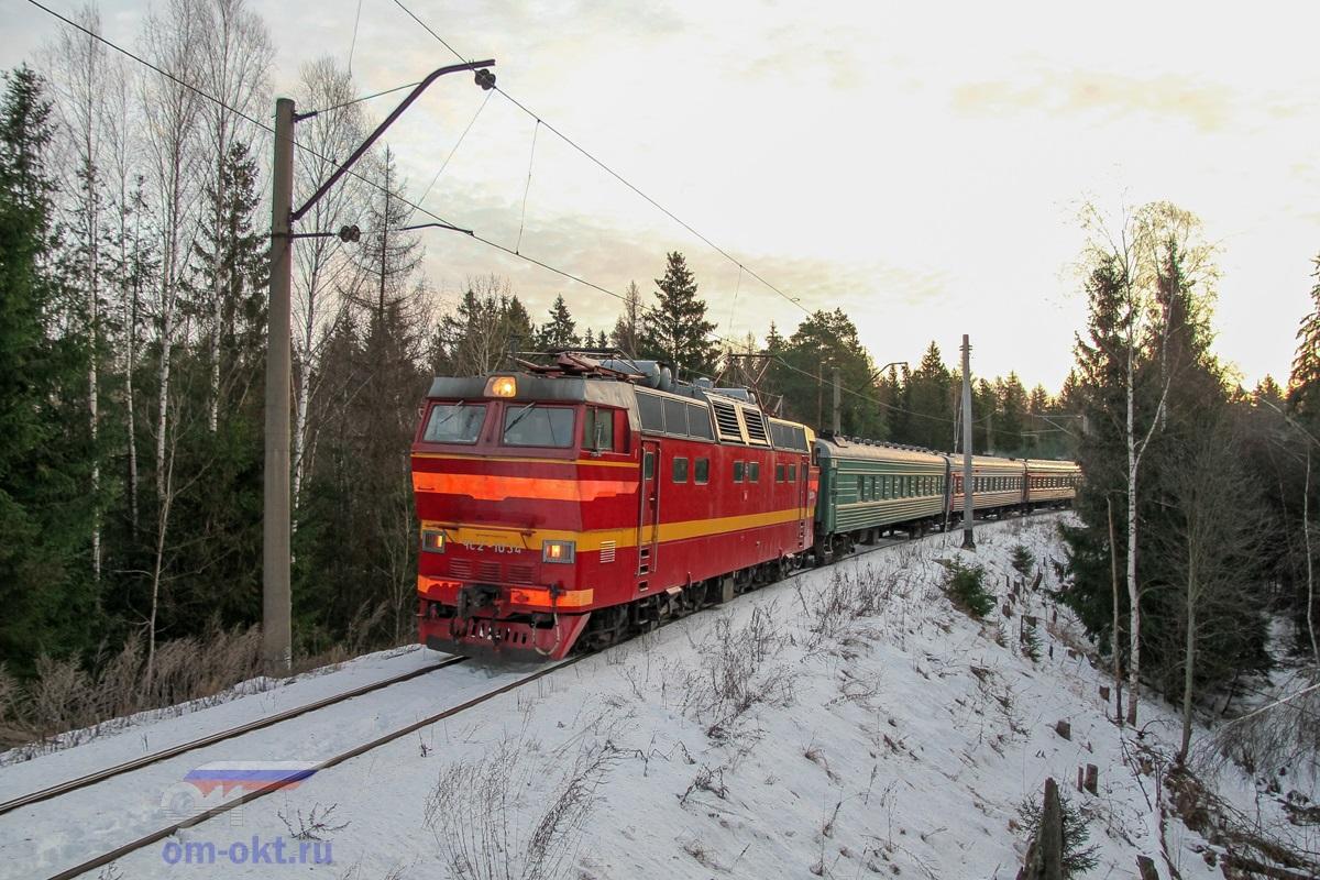 Электровоз ЧС2Т-1034 с пассажирским поездом Волгоград — Санкт-Петербург на соединительной ветви Поварово-III - Поварово-I