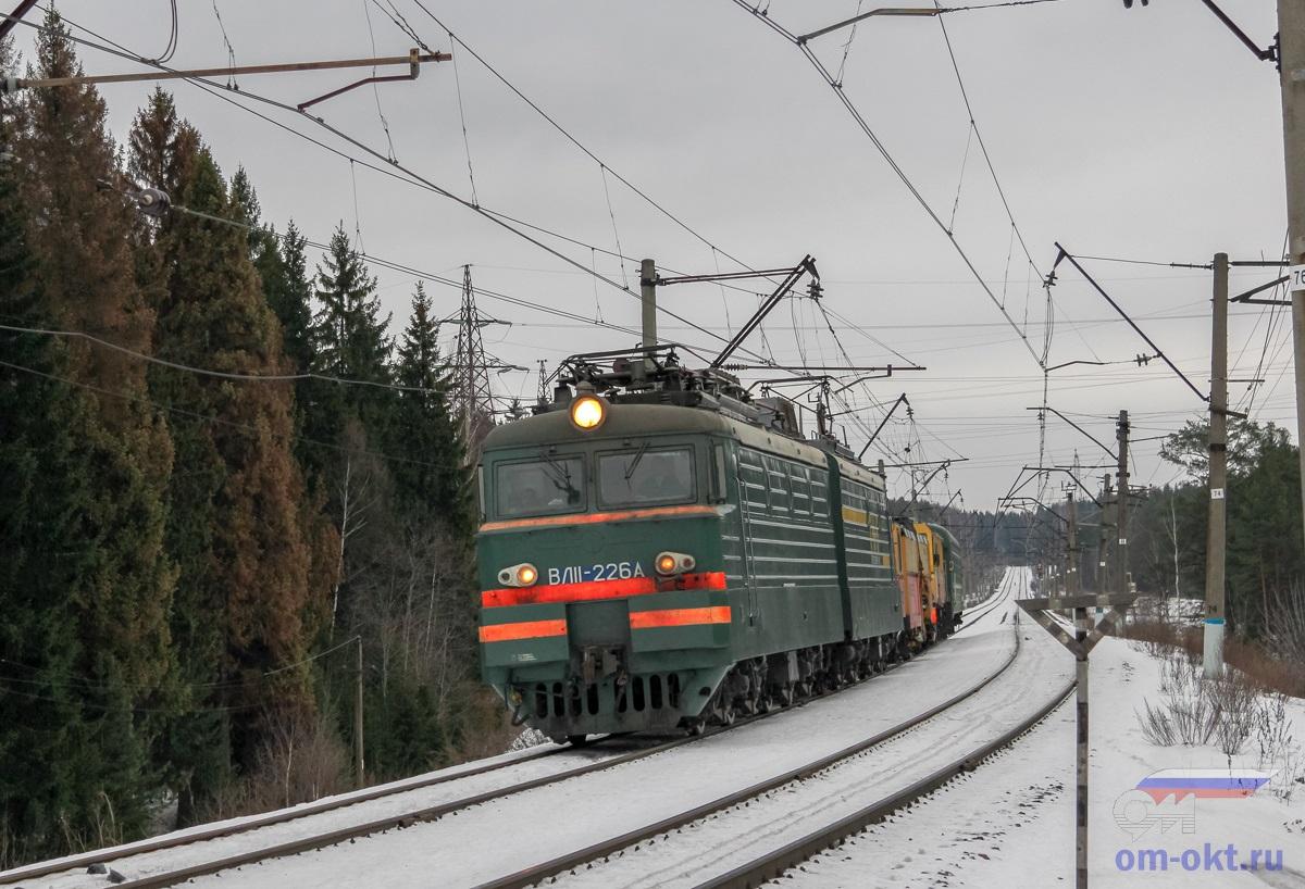 Электровоз ВЛ11-226 с хозяйственным поездом