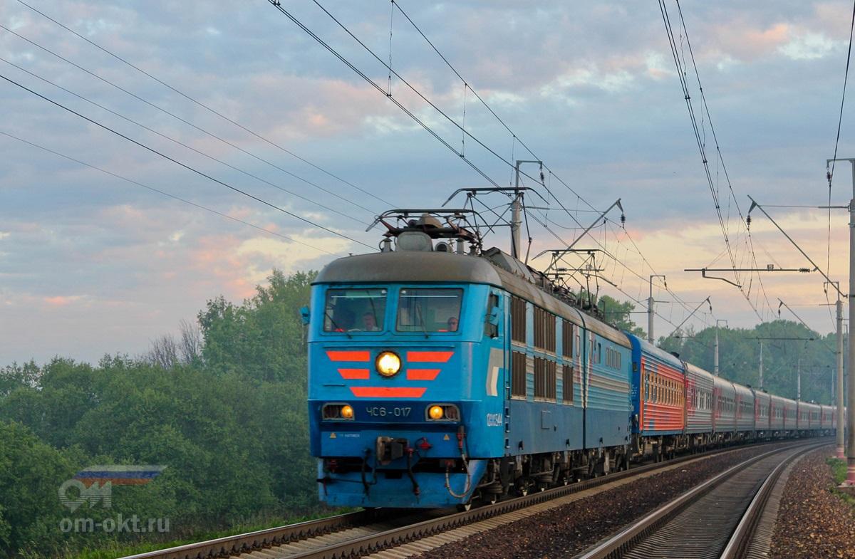 Электровоз ЧС6-017 с пассажирским поездом