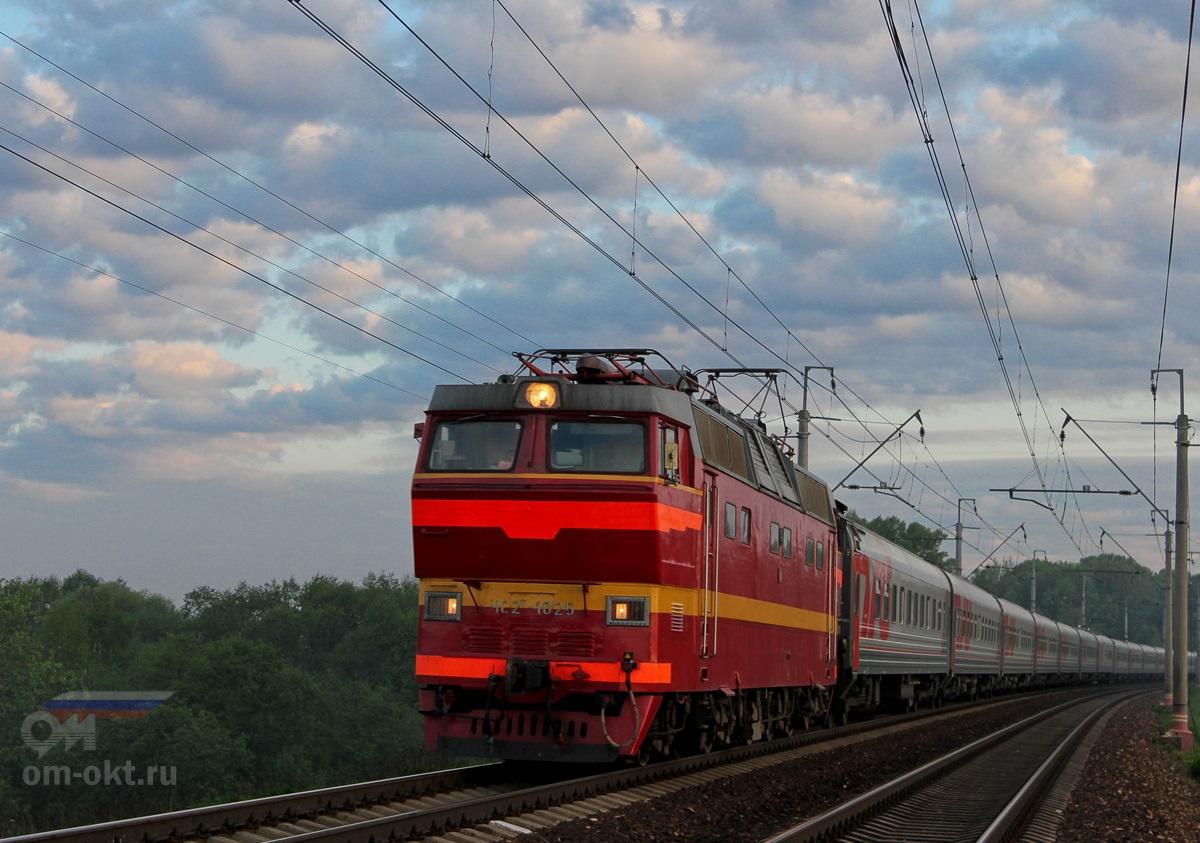 Электровоз ЧС2Т-1025 с поездом «Смена/Бетанкур», близ платформы Стреглово, перегон Клин — Подсолнечная