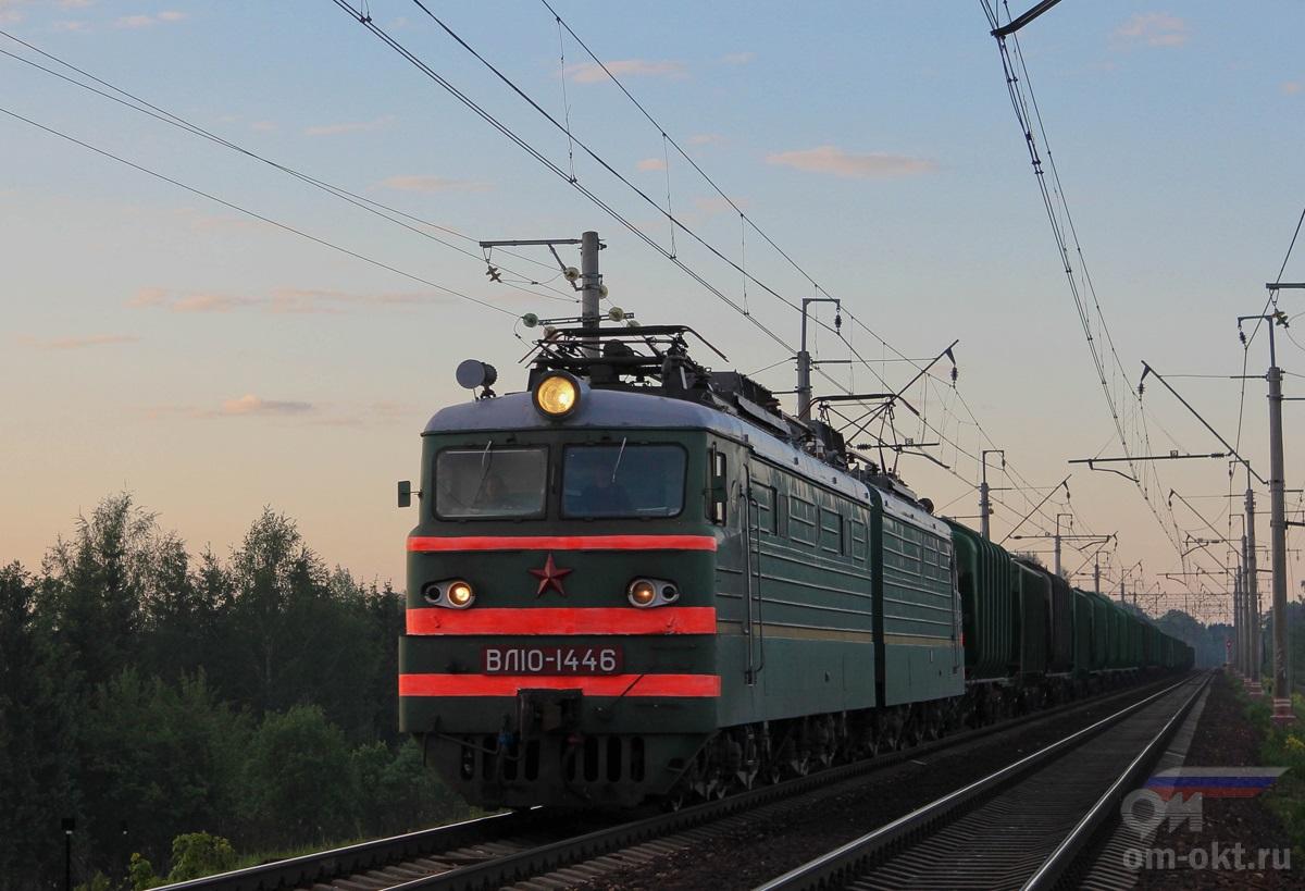 Электровоз ВЛ10-1446 в голове грузового поезда, перегон Подсолнечная — Клин