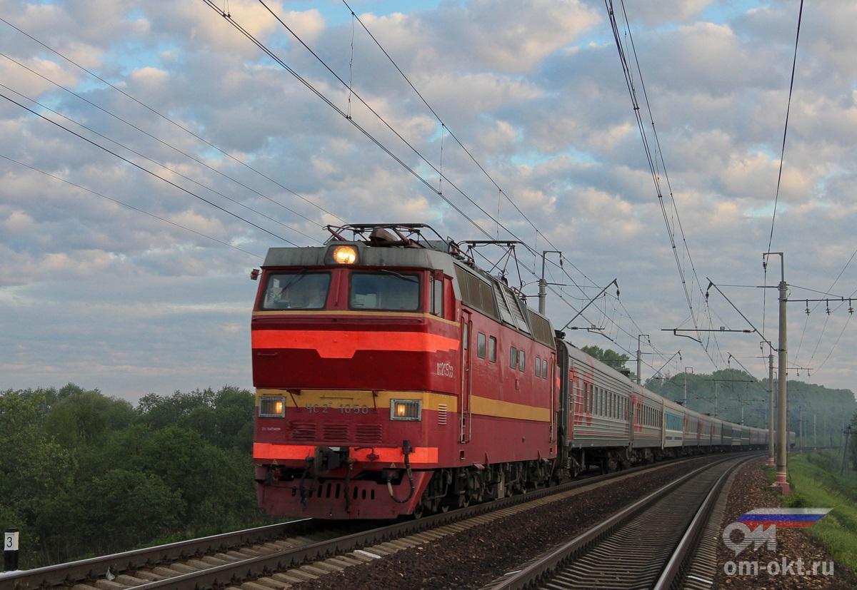 Электровоз ЧС2Т-1050 с пассажирским поездом в окрестностях платформы Стреглово, перегон Клин — Подсолнечная