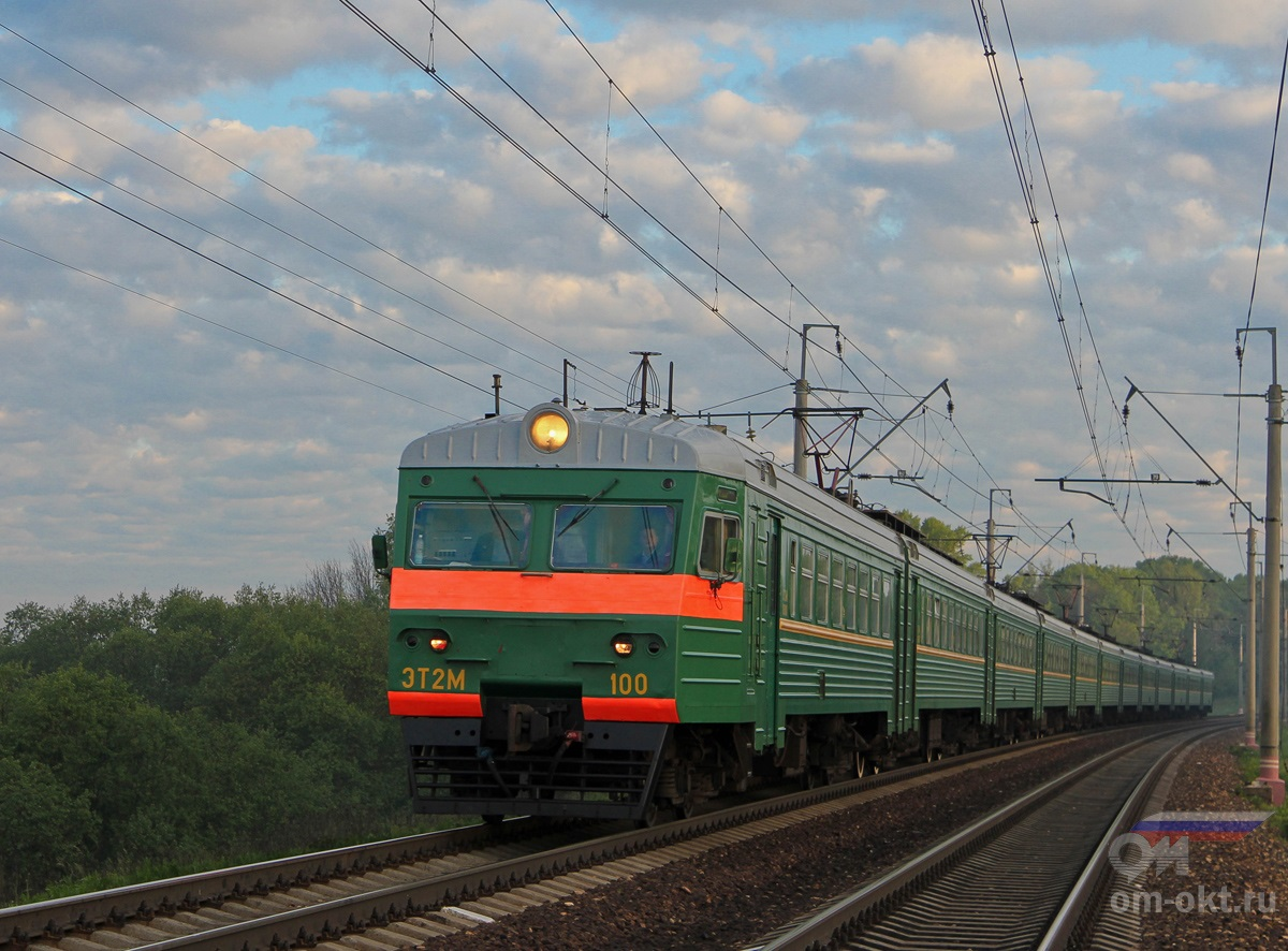 Электропоезд ЭТ2М-100 прибывает к остановочному пункту Стреглово