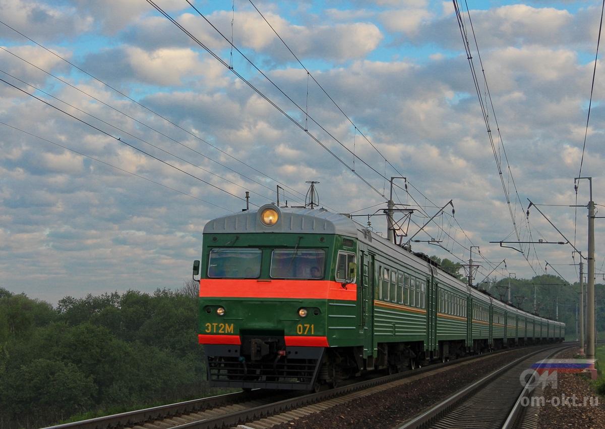 Электропоезд ЭТ2М-071 в окрестностях платформы Стреглово