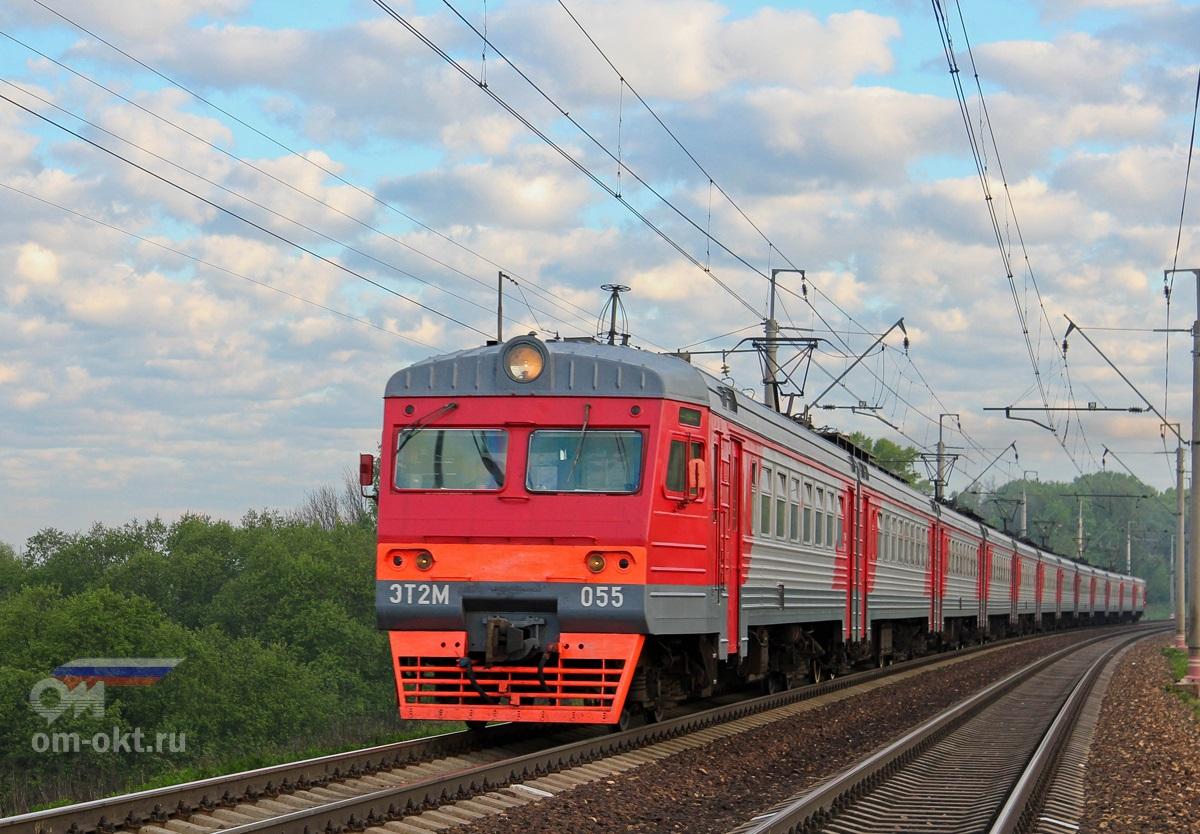 Электропоезд ЭТ2М-055 прибывает к остановочному пункту Стреглово