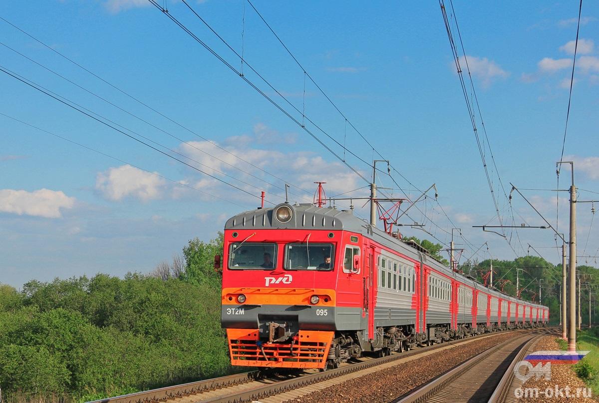 Электропоезд ЭТ2М-095 проследует остановочный пункт Стреглово