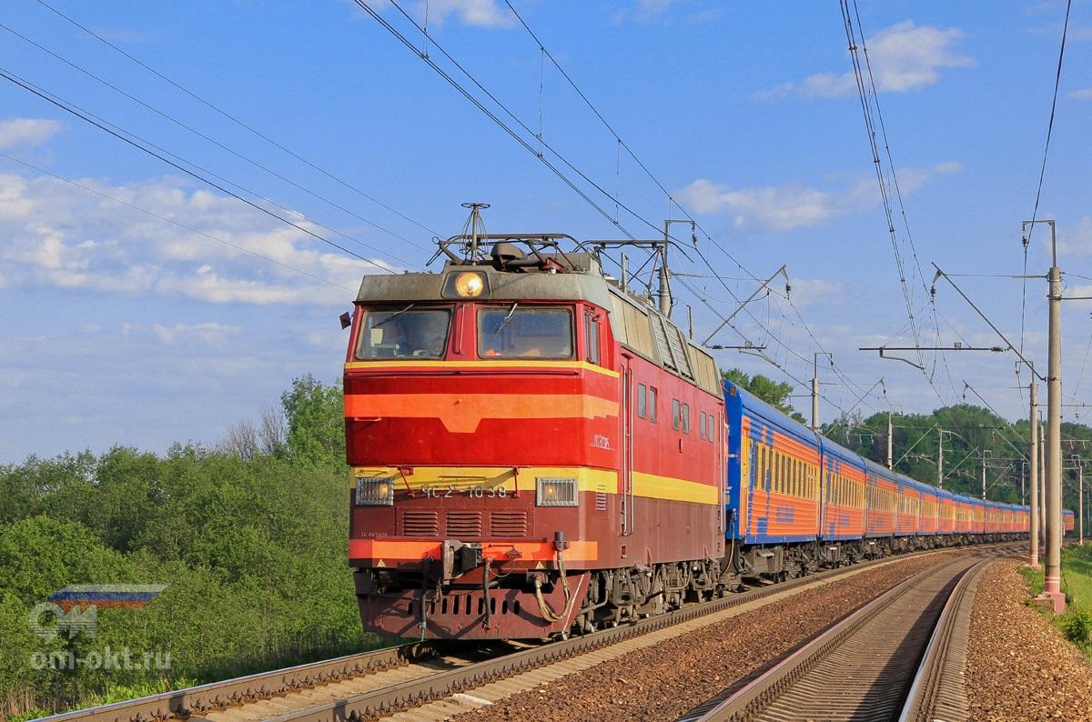 Электровоз ЧС2Т-1038 с поездом №19У «Мегаполис»