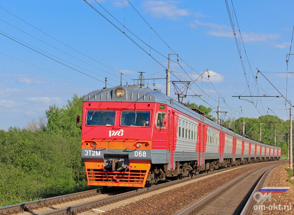 Электропоезд ЭТ2М-068 прибывает к платформе Стреглово