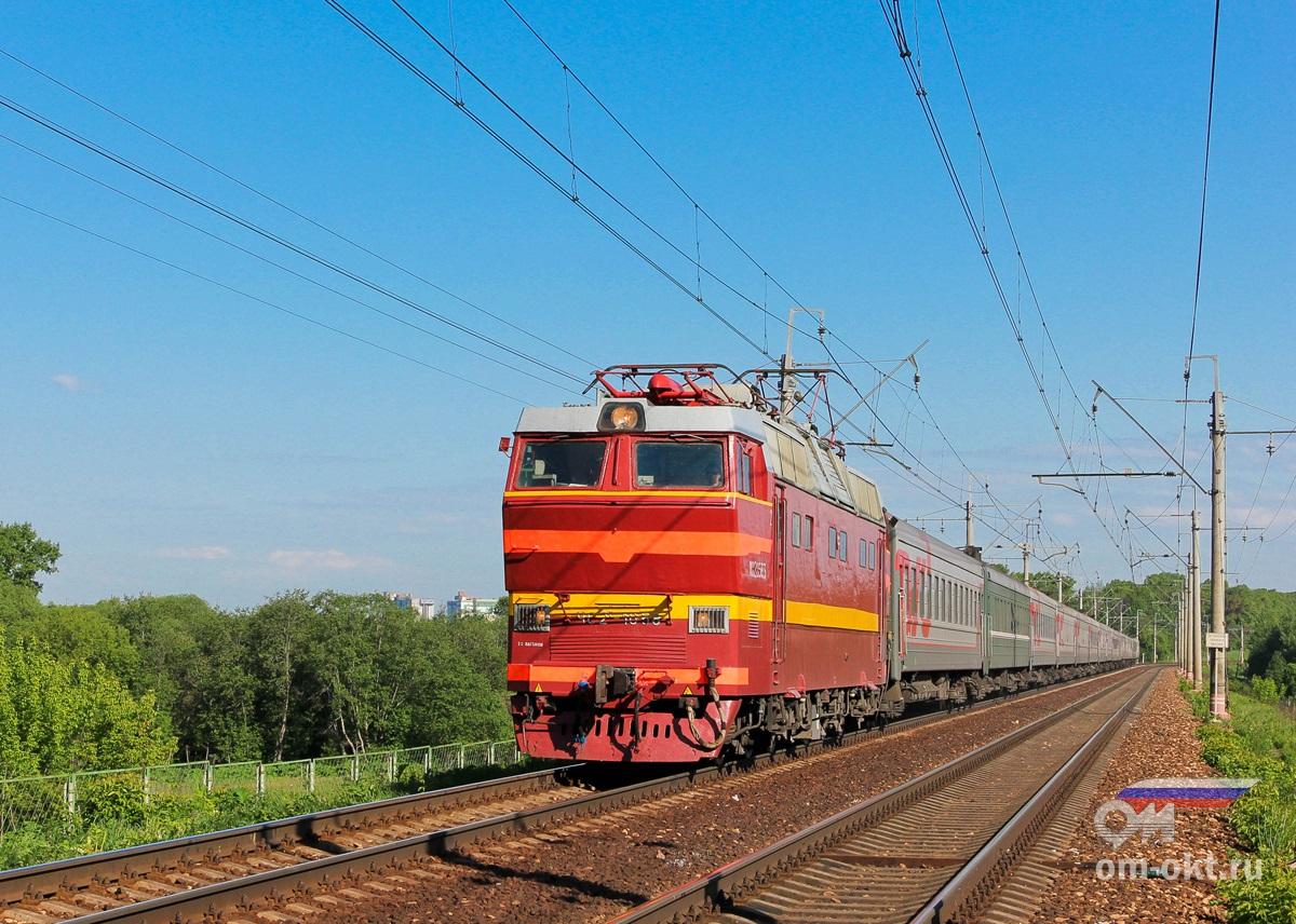Электровоз ЧС2Т-1058 с пассажирским поездом