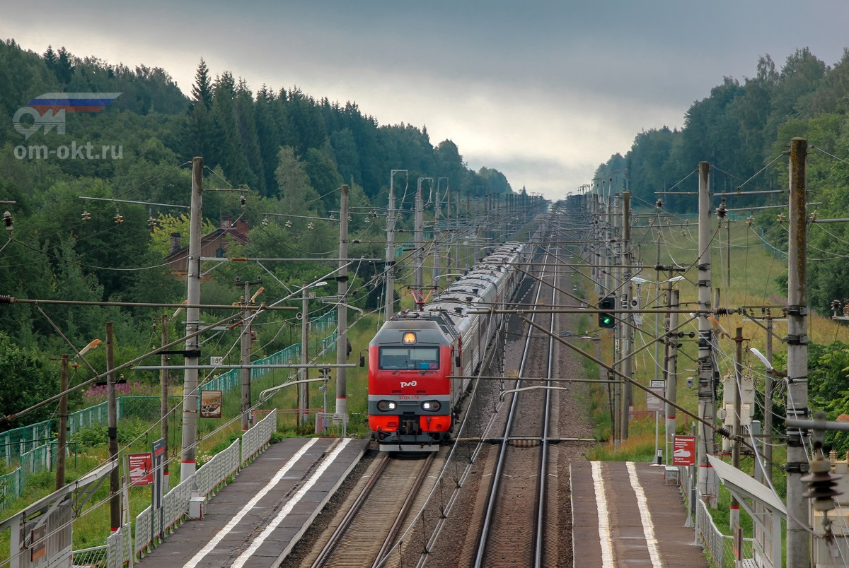 Электровоз ЭП2К-179 с пассажирским поездом проследует остановочный пункт Левошинка