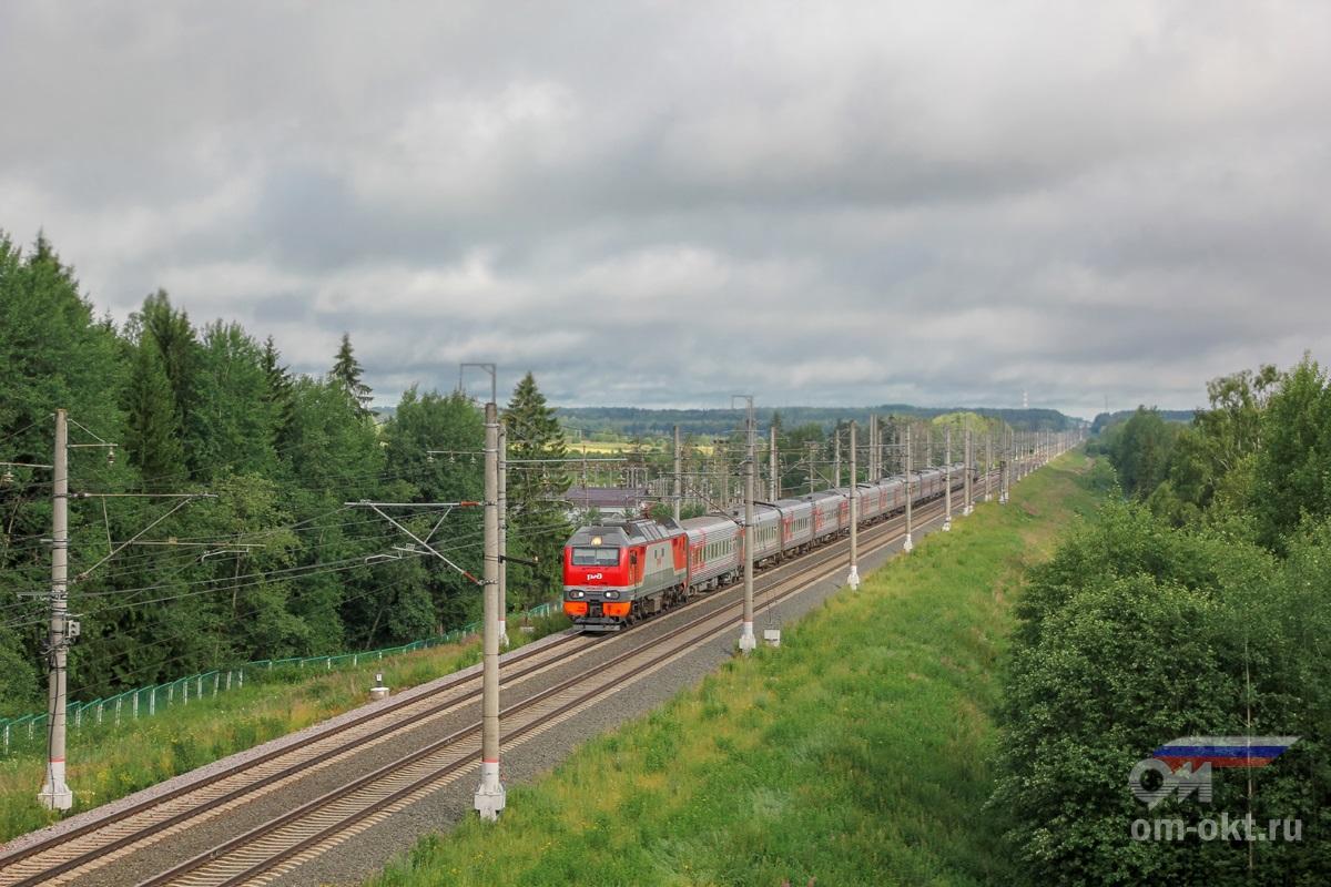 Электровоз ЭП2К-235 с пассажирским поездом на перегоне Спирово - Калашниково