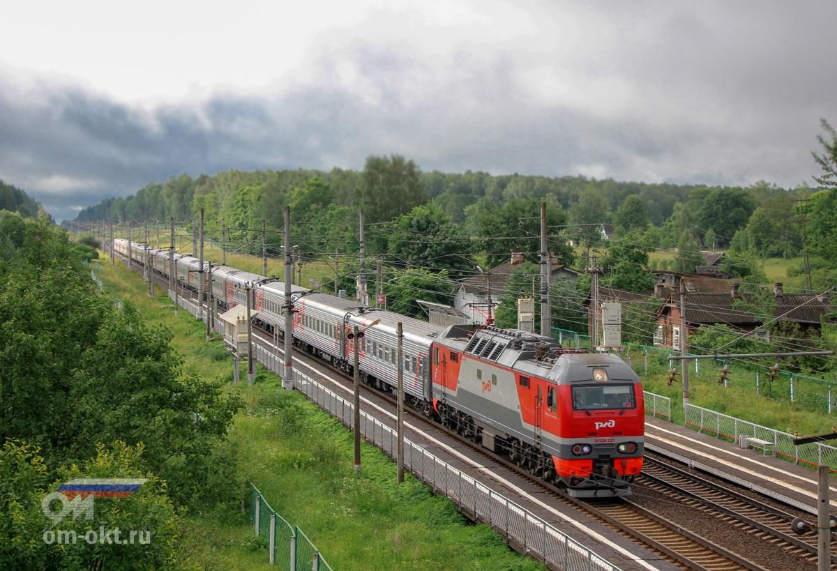 Электровоз ЭП2К-221 с пассажирским поездом на перегоне Калашниково - Спирово