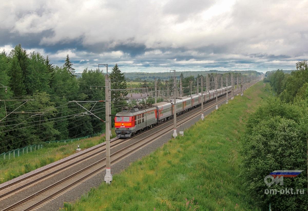 Электровоз ЧС6-014 с пассажирским поездом на перегоне Спирово - Калашниково