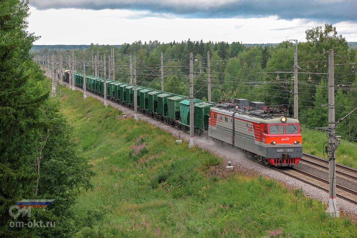 Электровоз ВЛ10-1851 с грузовым поездом на перегоне Спирово - Калашниково