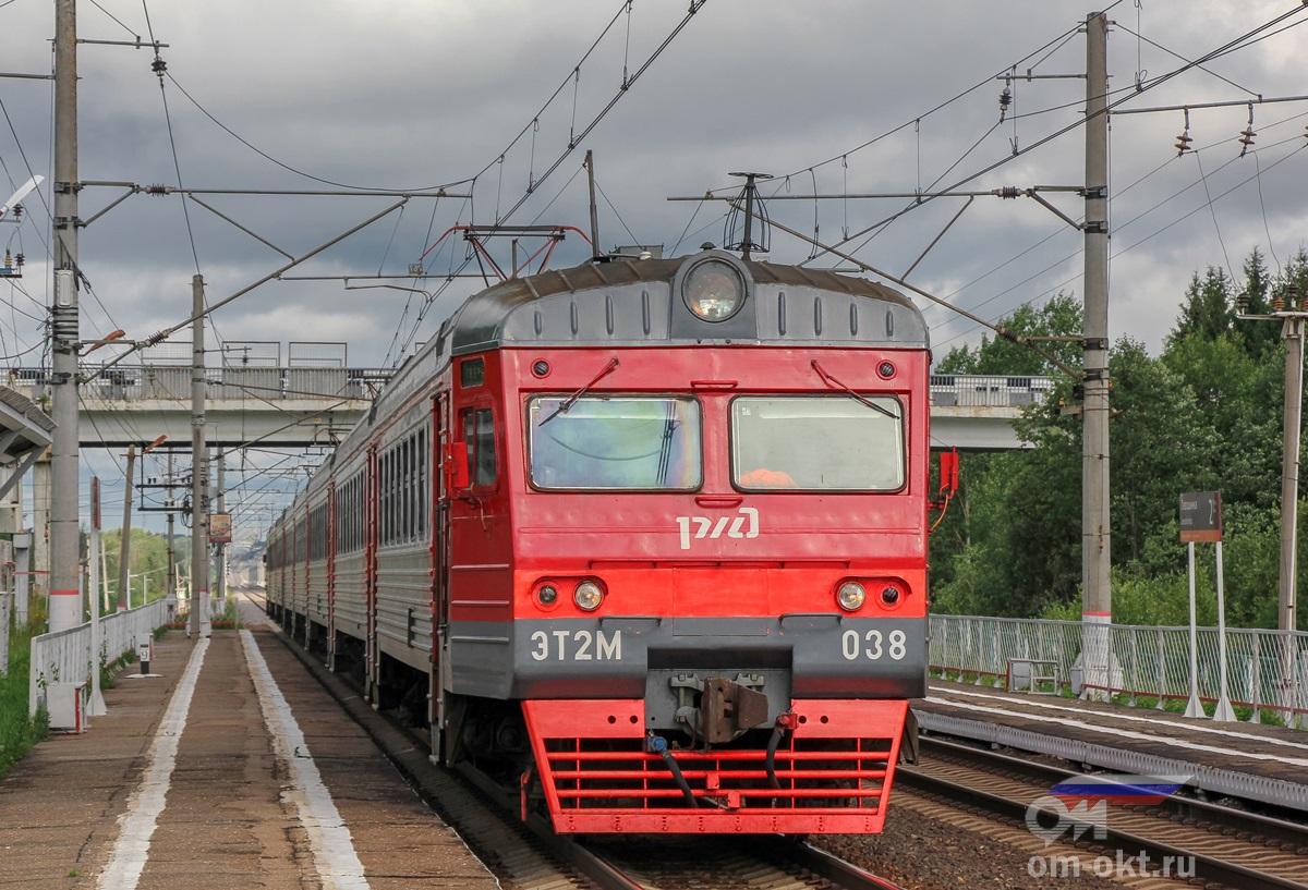 Электропоезд ЭТ2М-038 прибывает к остановочному пункту Левошинка