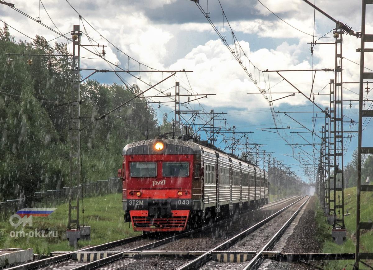 Электропоезд ЭТ2М-043 прибывает к остановочному пункту Поршинец